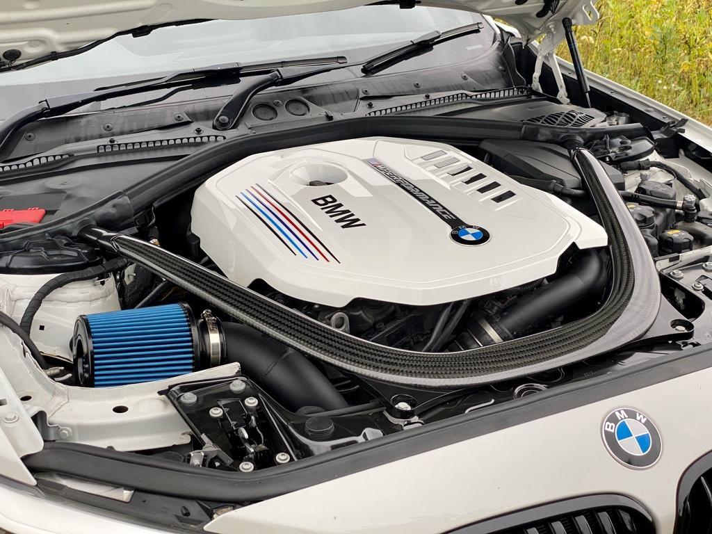 Motorraum_M140_M2C_Carbonstrebe.jpg